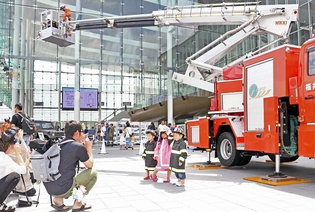 起震車やはしご車などの体験を通し防災意識を高めたフェア=8月25日、福井県福井市のハピテラス