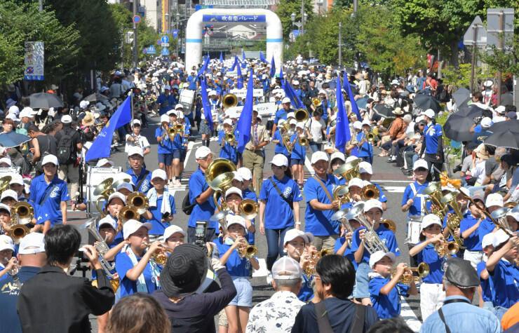 訪れた人を魅了した吹奏楽パレード=25日、松本市