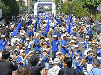 OMF 晴れの松本 元気な演奏響く 吹奏楽パレード
