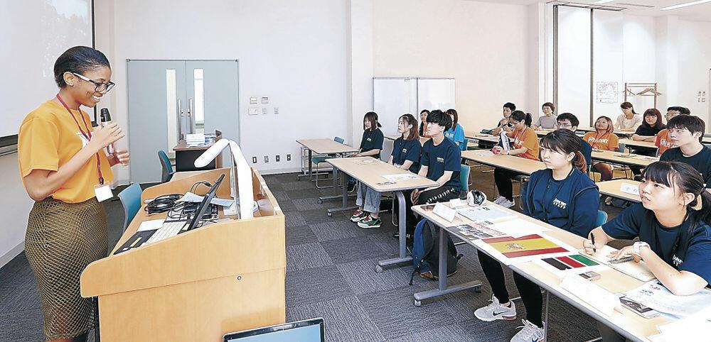 母国の文化を紹介する留学生=金沢市のしいのき迎賓館