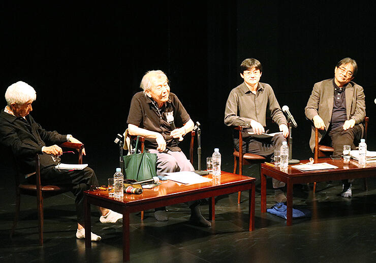 上演作について意見を交わす菅さん(左から2人目)、苅部さん(同3人目)、内野さん(右)。左は司会の山村さん
