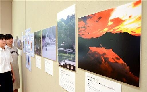 水上さんの文学作品をイメージした風景写真が並ぶ特別展=福井県小浜市の県立若狭図書学習センター