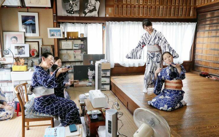 市山七十郎師匠(左)の指導の下、新潟をどりの稽古に励む古町芸妓=27日、新潟市中央区