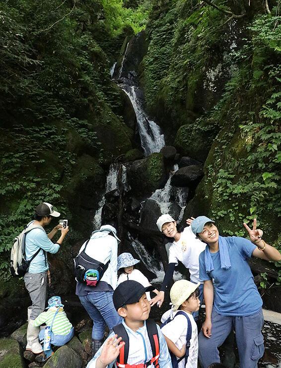 7月27日に沌滝周辺の散策を楽しむ参加者