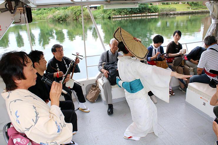 船上で愛好家がおわらを披露する「おわら上演便」