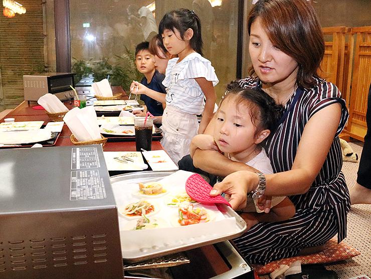 昆布をトッピングしたピザを作る参加者