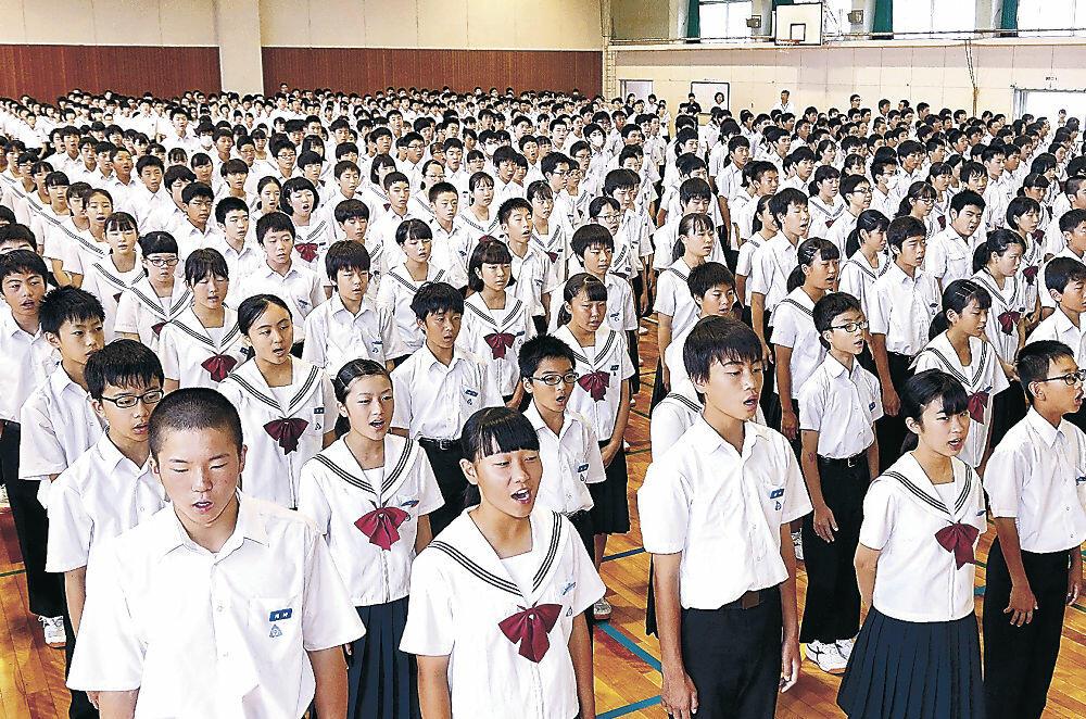 2学期の始業式で校歌を斉唱する生徒=金沢市高岡中