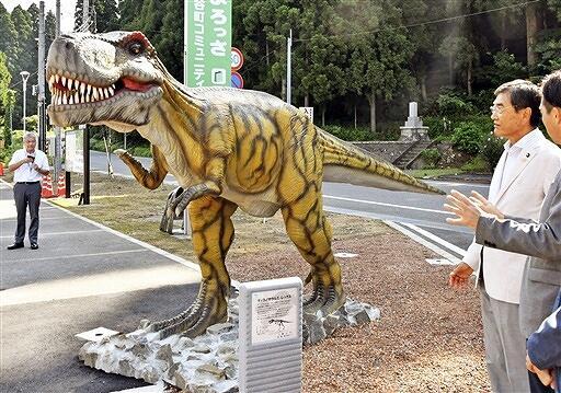 お披露目されたティラノサウルスの恐竜モニュメント=8月25日、福井県勝山市の北谷町コミュニティーセンター