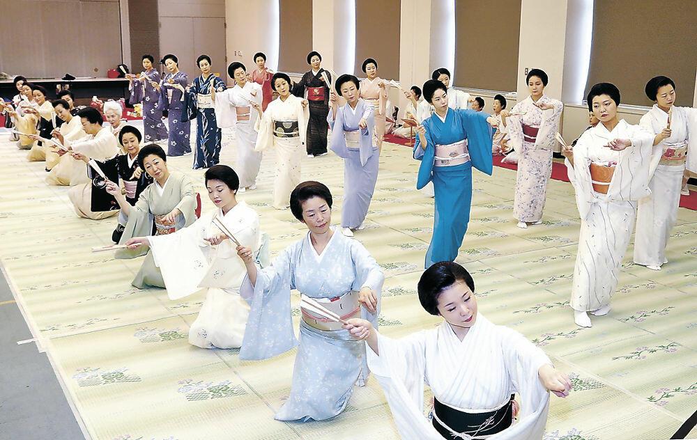 総おどり「金沢風雅」を稽古する三茶屋街の芸妓衆=北國新聞20階ホール