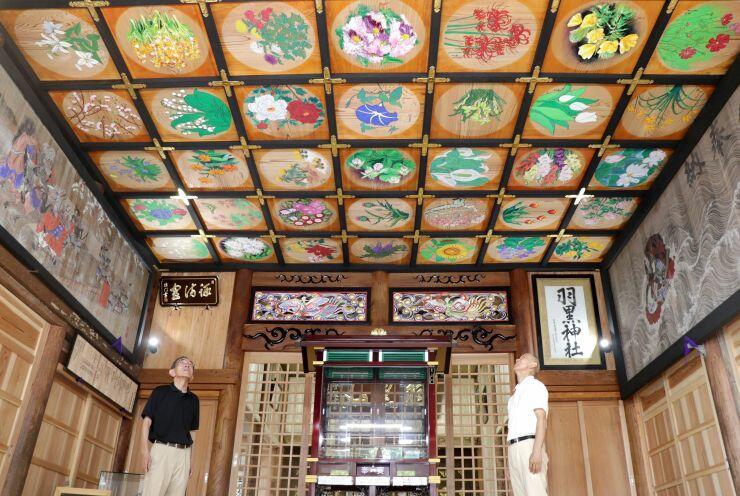 色とりどりの花が描かれた羽黒神社の天井絵=長岡市小貫