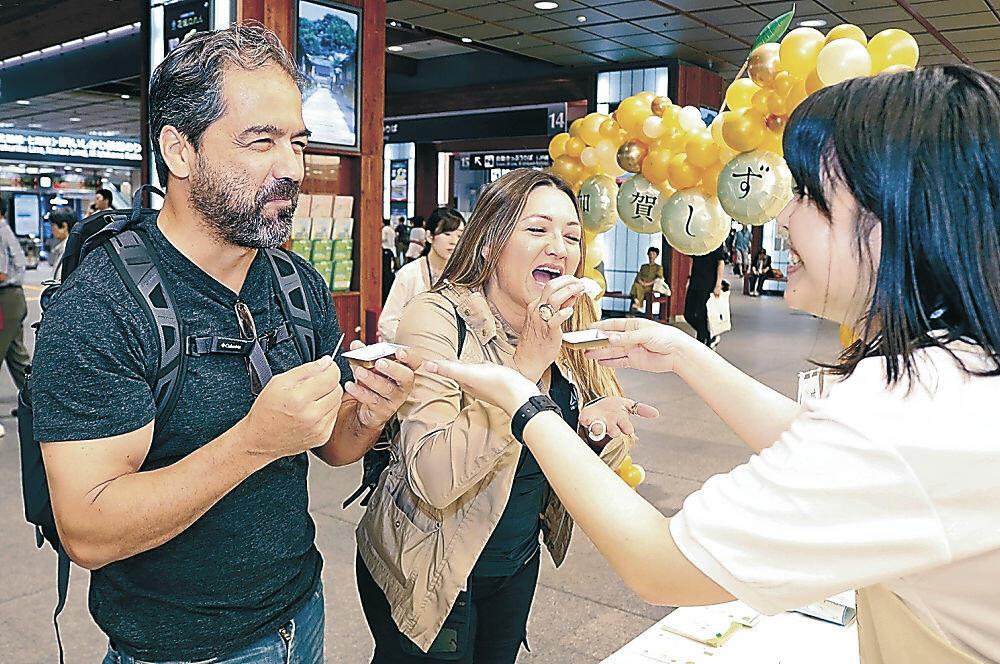 「加賀しずく」を味わう外国人観光客=JR金沢駅