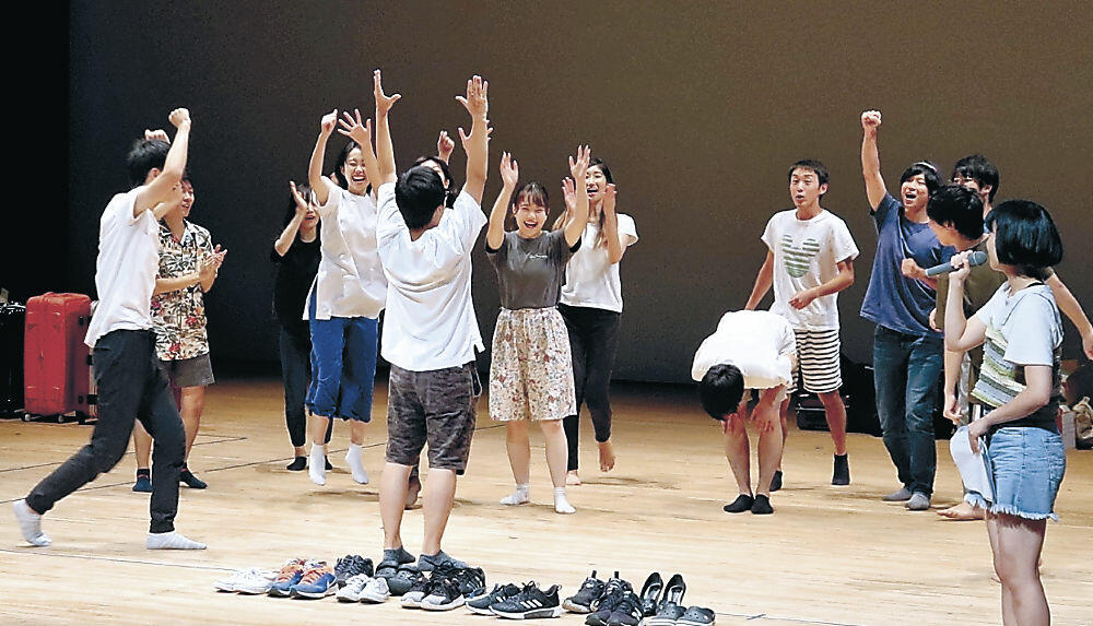 作品を披露する学生=七尾市中島町の能登演劇堂