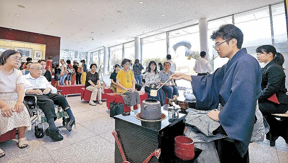 呈茶席でお点前を披露する学生=金沢市のしいのきプラザ