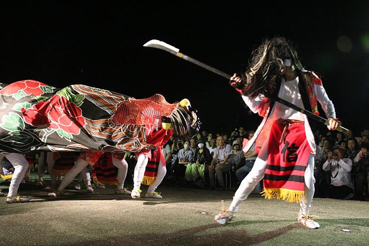 力強い舞を見せる出演者=井波別院瑞泉寺