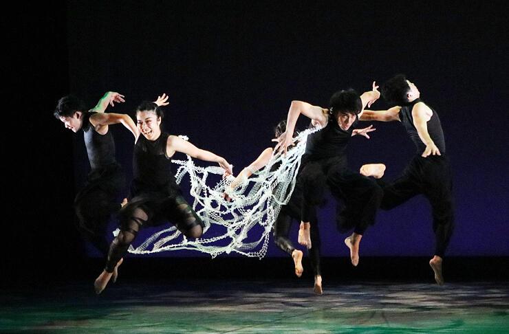 躍動感のあるダンスを披露する出場者=高岡市ふくおか総合文化センター