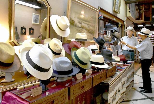 伝統の技が光るパナマ帽=福井県あわら市大溝2丁目の画廊喫茶「ギャルリー・ラコンテ」
