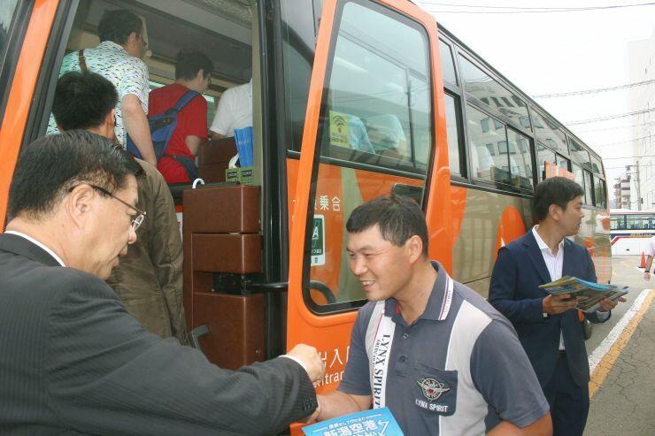 会津若松市と新潟空港を結ぶ直通バスに乗り込む乗客ら=1日、会津若松市