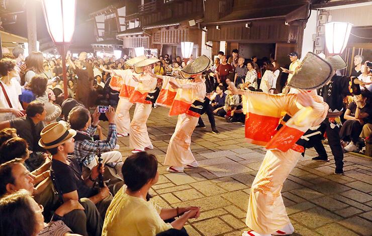 おわら風の盆が開幕し、石畳の通りで優美に舞う踊り手=1日午後8時40分ごろ、富山市八尾町諏訪町
