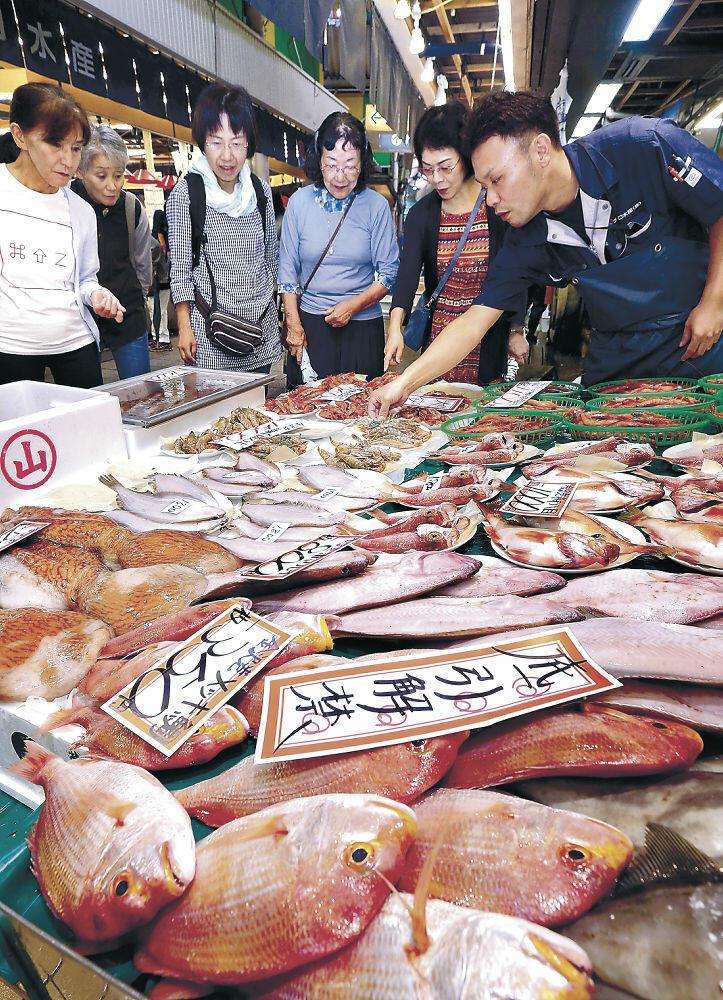 底引き網漁の初物を品定めする買い物客=金沢市の近江町市場