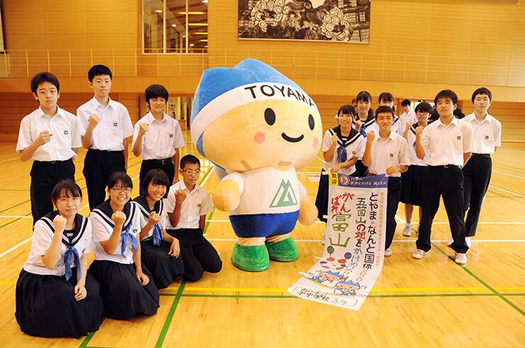 選手の活躍を願い、のぼり旗を制作した生徒たち=平中学校