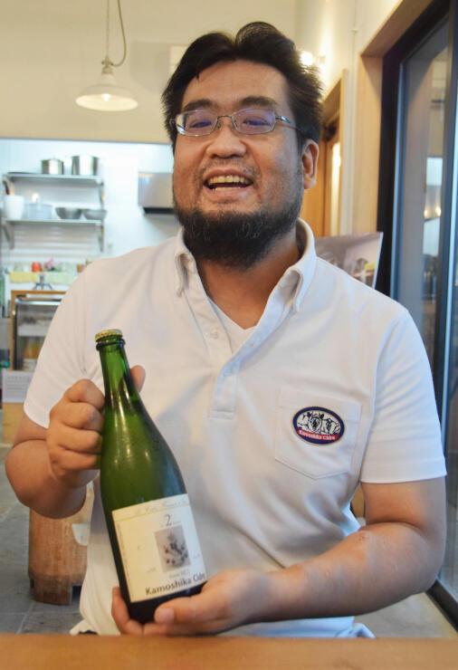 トロフィー賞を受賞したシードルを手に喜びを語る入倉さん