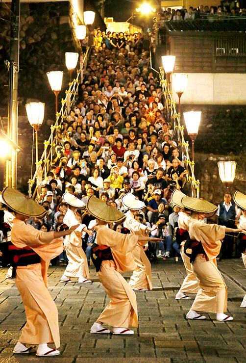 おたや階段を埋める観光客の前で優美に舞う踊り手たち=富山市八尾町鏡町