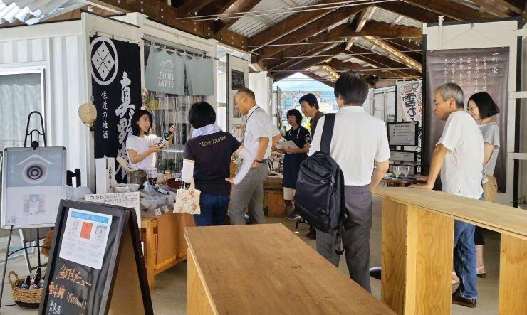 7月にフルサットで開かれた日本酒の有料試飲会。佐渡市の尾畑酒造が参加し、好評だった(北信越地域資源研究所提供)