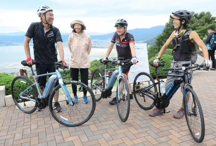 イーバイクで立石公園を訪れた諏訪湖八ケ岳自転車活用推進協議会のツアー参加者
