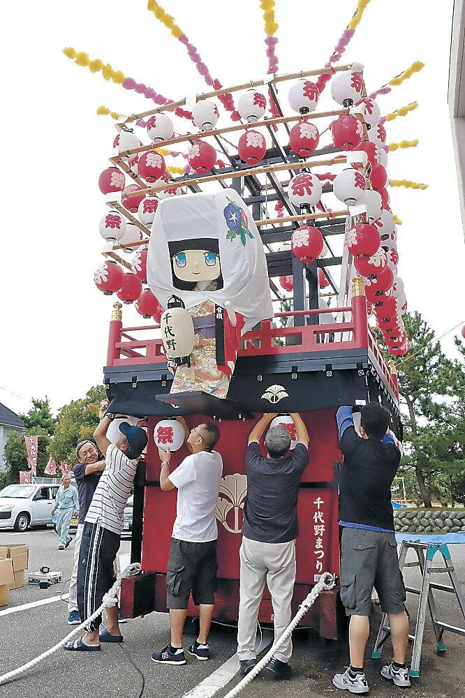 「ちよたん」を載せて曳山を組み立てる関係者=白山市千代野公民館