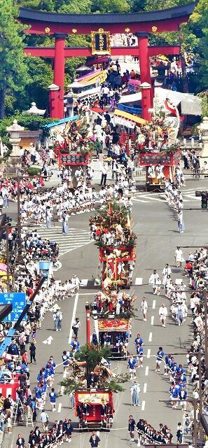 きらびやかな山車が勇壮に巡行した敦賀まつり=9月4日、福井県敦賀市神楽町1丁目(本社ヘリから撮影)