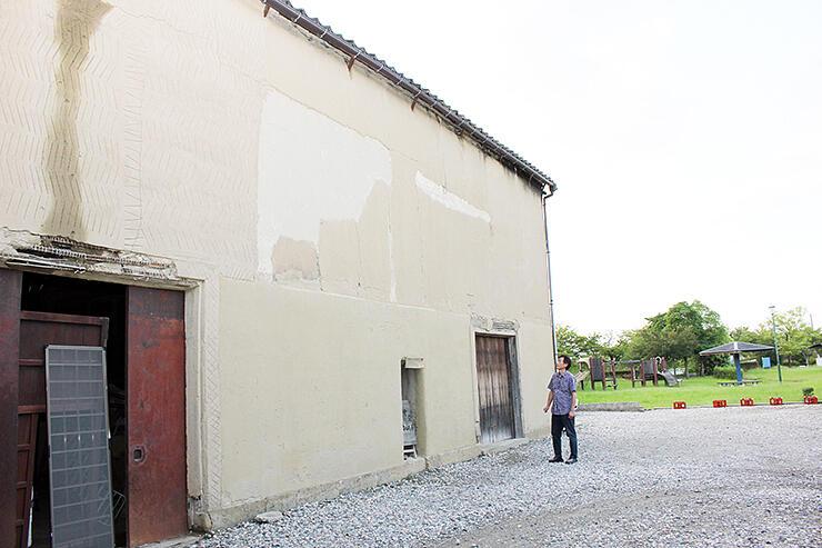 「射水アートの駅」に改修する予定の土蔵(左)。正面奥は神明すぎの森公園=射水市戸破