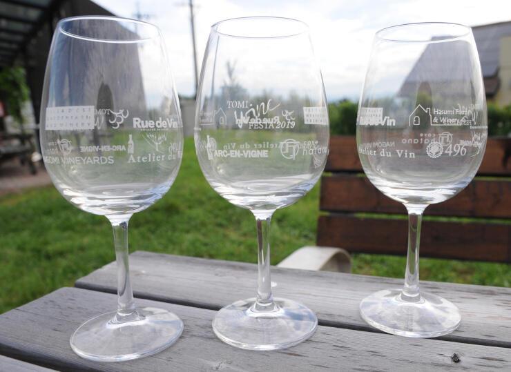 東御ワインフェスタで使うグラス。市内9ワイナリーのロゴが入っている