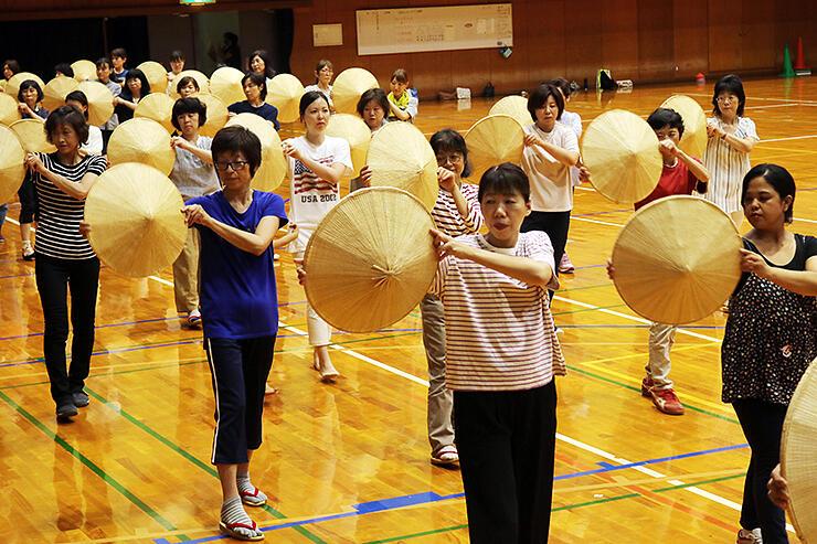 隊列を組んでパレード踊りの練習に取り組む参加者=城端中学校