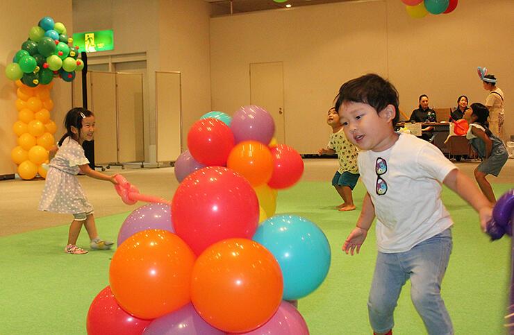風船を使った遊びに夢中になる子どもたち