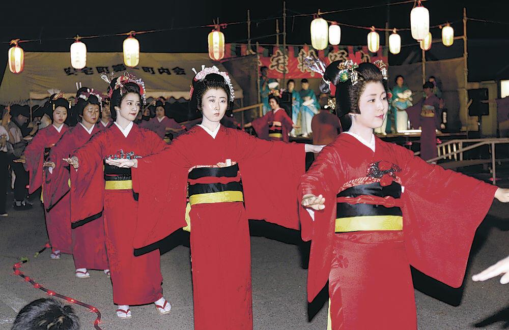 赤襦袢を着てあでやかに舞う踊り子=小松市安宅町の安宅コミュニティセンター