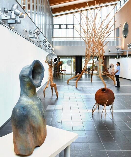 個性的な立体作品10点が並ぶ松見さんの個展=福井県若狭町パレア若狭