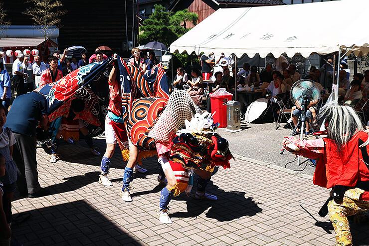 勇猛な獅子舞を披露する作道青年団