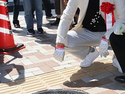 「北斗の拳」キャラ、足元に 佐久平駅前のマンホール