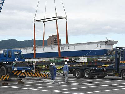 新型遊覧船、諏訪湖に到着 佐賀からトレーラー12台で
