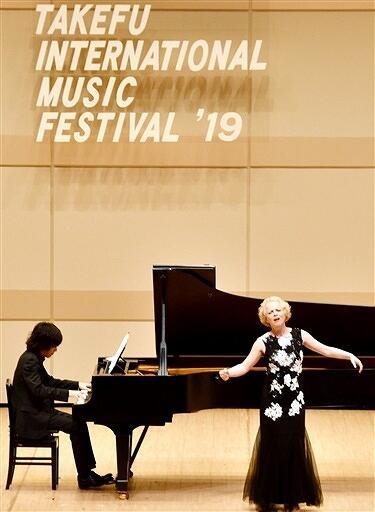 ソプラノ歌手シェシュティン・アヴェモさん(右)ら、一流の音楽家らが次々と登場した「武生国際音楽祭2019」のオープニングコンサート=9月8日、福井県越前市文化センター
