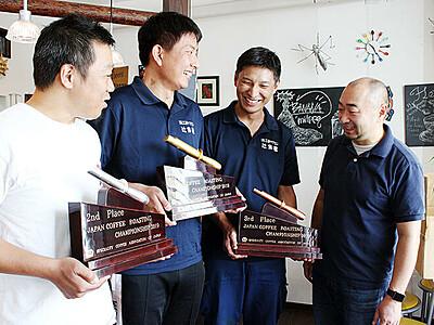 名店の証しに魚津漆器 コーヒー焙煎全国大会のトロフィーに採用