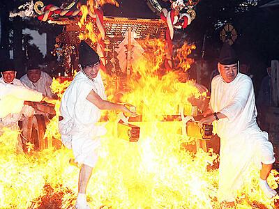 炎の中一気に 射水・櫛田神社で神事