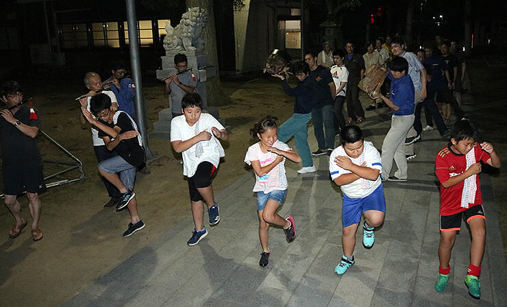 本番に向けて獅子舞の練習を重ねる青年団員ら