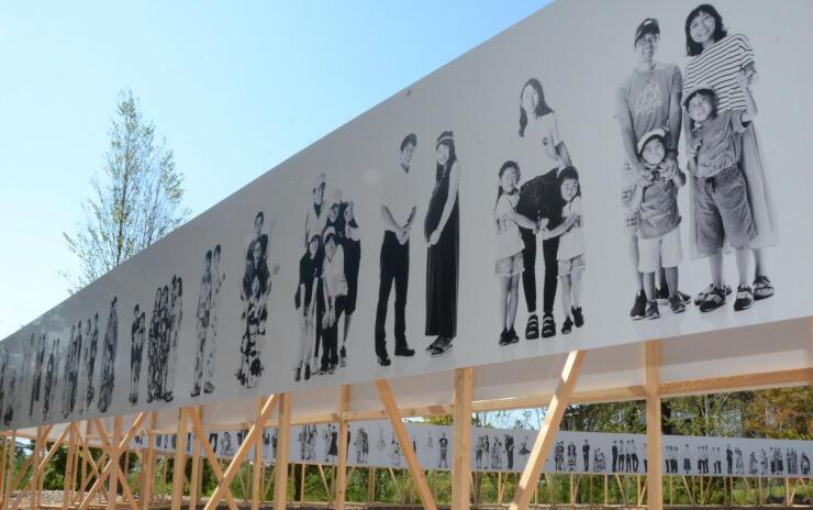 主会場の屋外に展示される延長100メートルの町民の人物写真