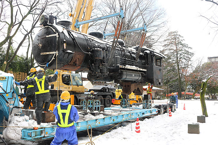 修理のためトレーラーに積まれる蒸気機関車=2017年12月、富山城址公園