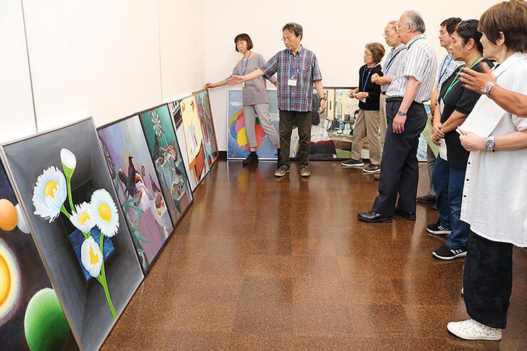 絵画部門の応募作品の入選作を選ぶ審査員