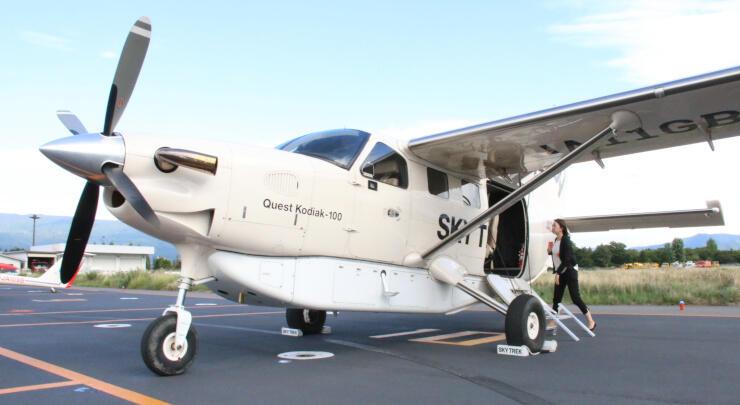 送迎に使う小型飛行機。パイロットを除いて最大6人が搭乗できる