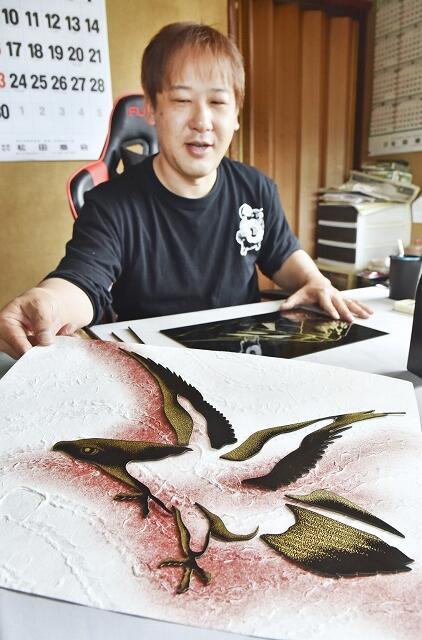 和紙と沈金で羽ばたくタカを表現した冨田さん=福井県鯖江市河和田町