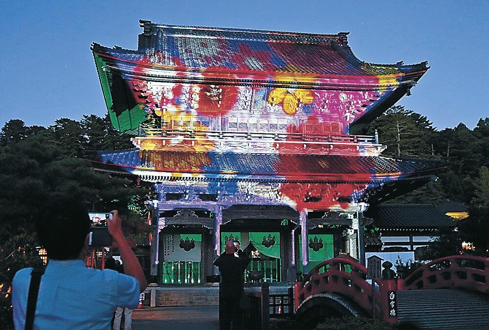 極彩色の光に彩られた山門=輪島市門前町門前の總持寺祖院