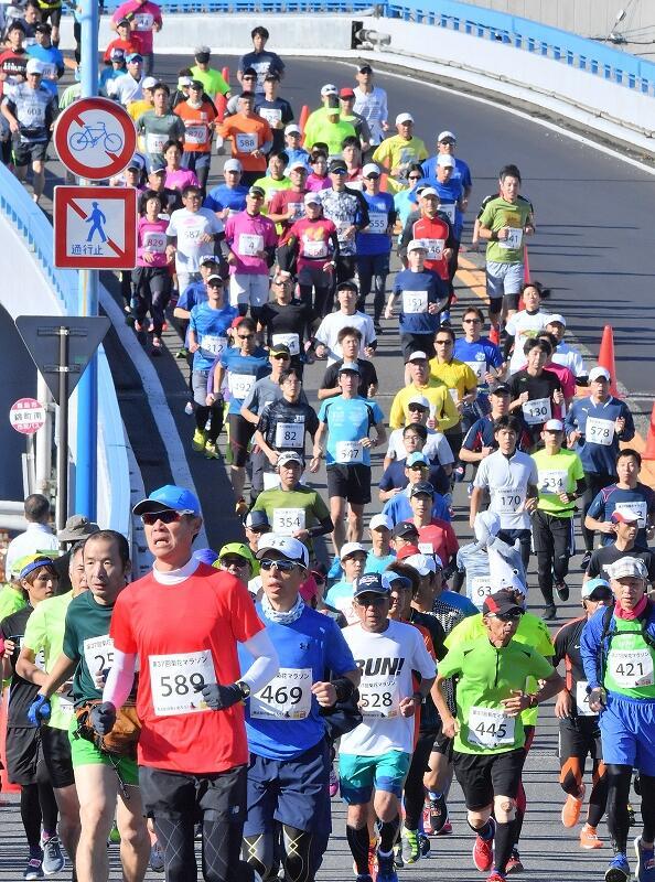 3756人が出走した2018年の菊花マラソン=福井県越前市錦町